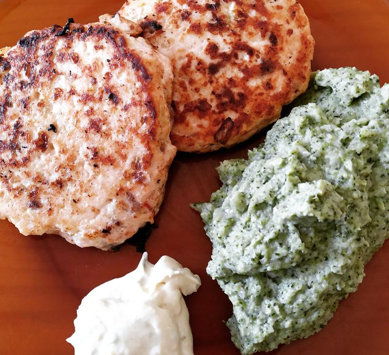 Hamburguesas de salmón con puré de brócoli y salsa tártara, con Thermomix®