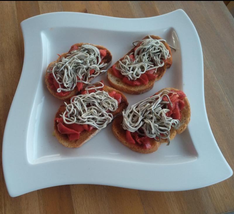 Tosta de pimientos con su pilpil y gulas TM6 (Show Cooking TAPAS)