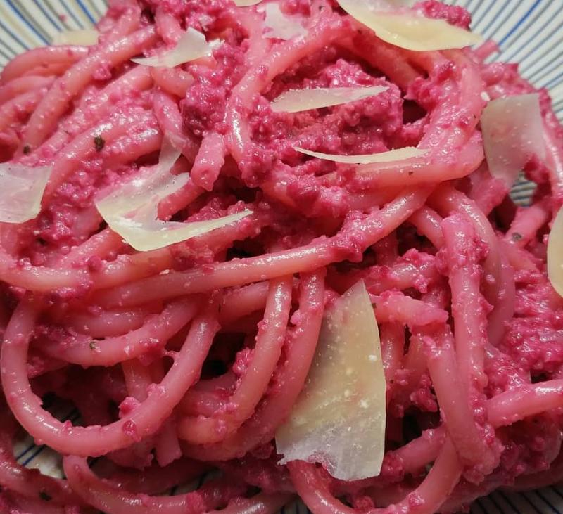 Espaguettis con pesto rosa