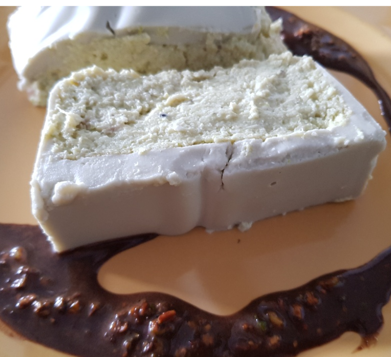 Pastel de Puerros y Queso Azúl con vinagreta de pistachos