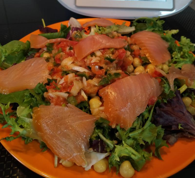 Ensalada de legumbres con salmón