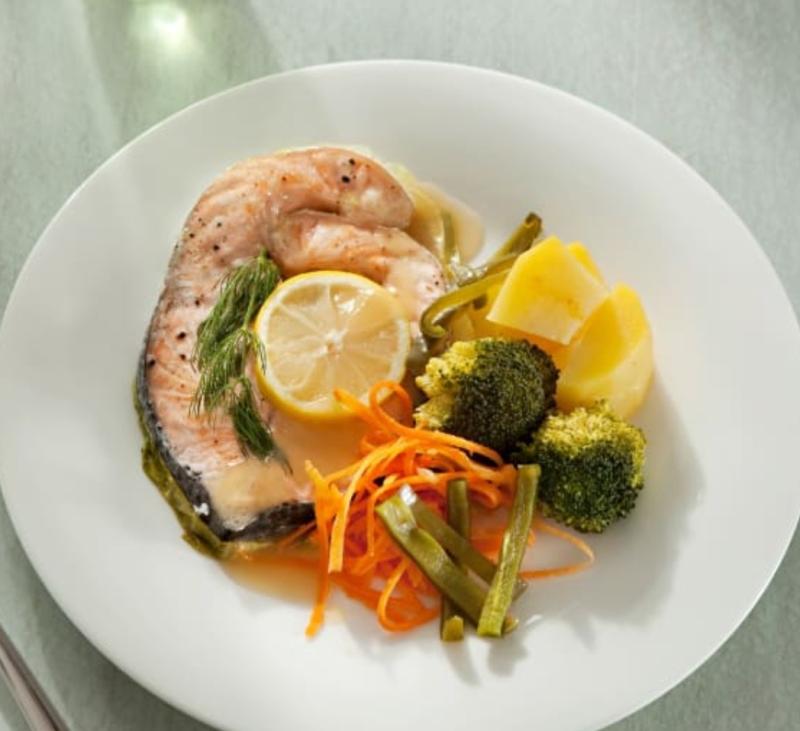 Salmón al vapor con verduras y Arroz
