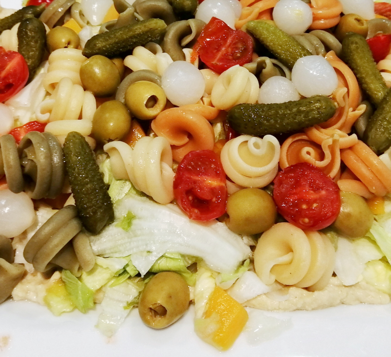 Ensalada de pasta tricolor con hummus y frutas con Thermomix®