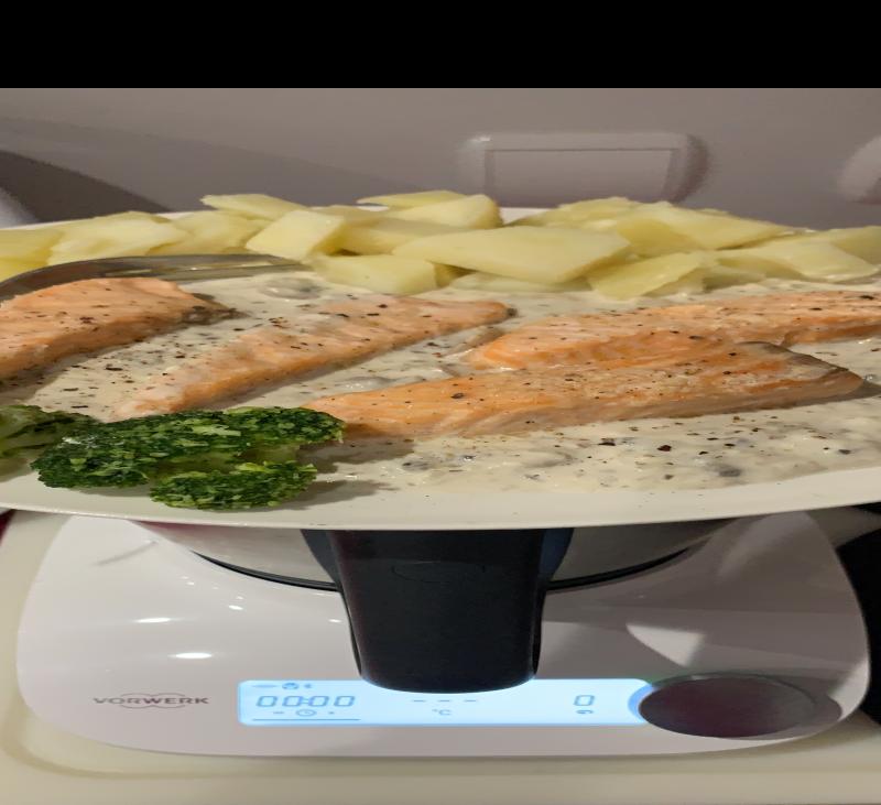 Salmon, patatas, salsa de champiñones y Friend