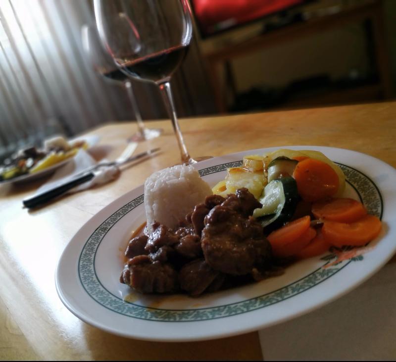 Menú: Carrilleras al pimentón con verduras y arroz al vapor