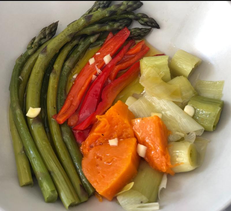Ensalada de verduras al vapor y rollo de pavo relleno al gusto