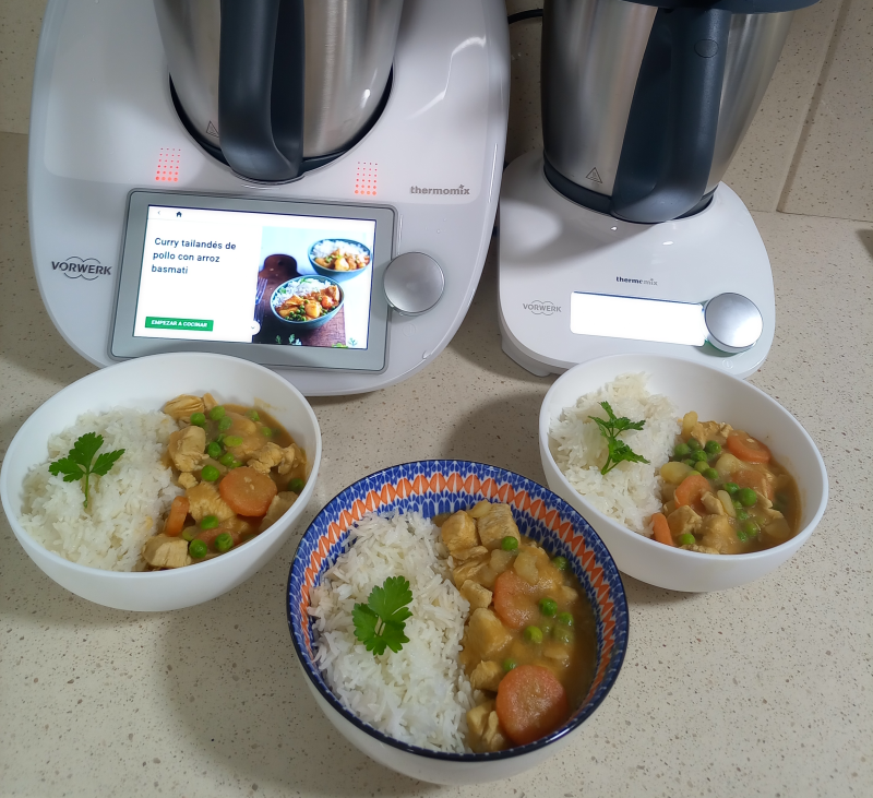 Curry tailandés de pollo con arroz basmati y postre al vapor: minibizcoflán