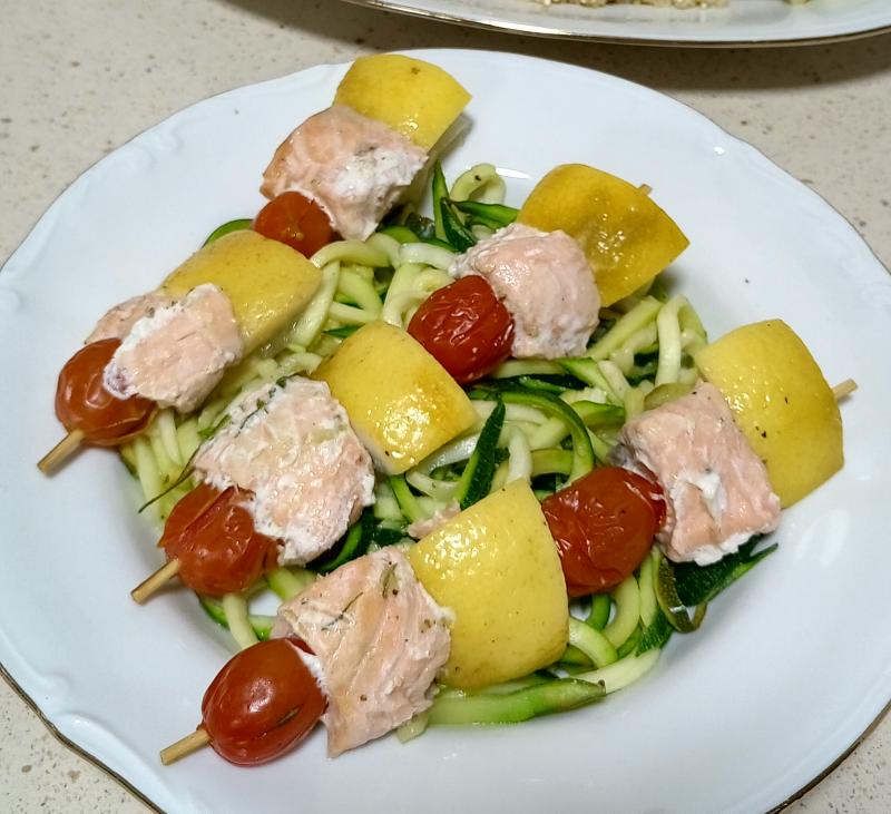 Menú completo: Brochetas de salmón con salsa de coco y albahaca, quinoa y tallarines de calabacín