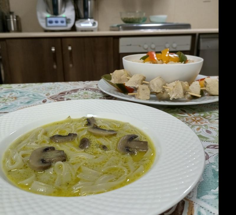 Menú: Sopa asiática de champiñones. Brochetas de pollo y pimiento con arroz - Thermomix® Friend