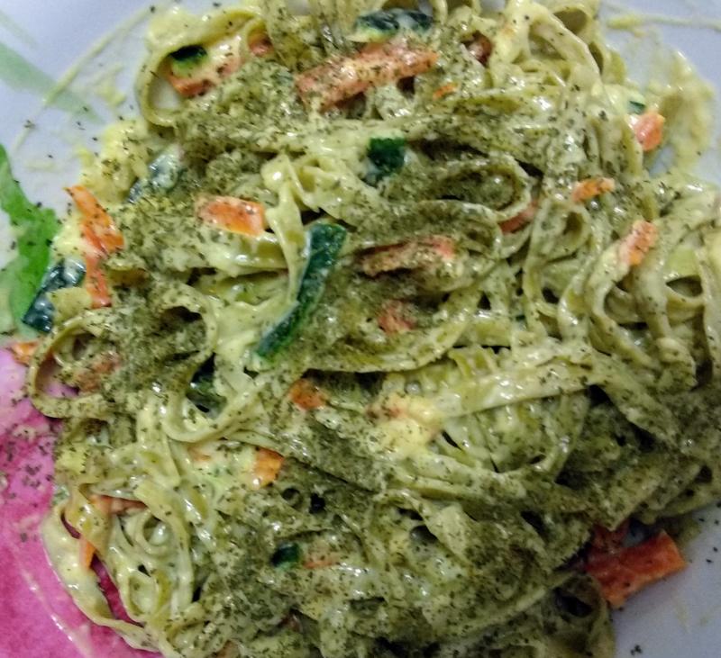 Tagliatelle de espinacas con carbonara ligera de verduras