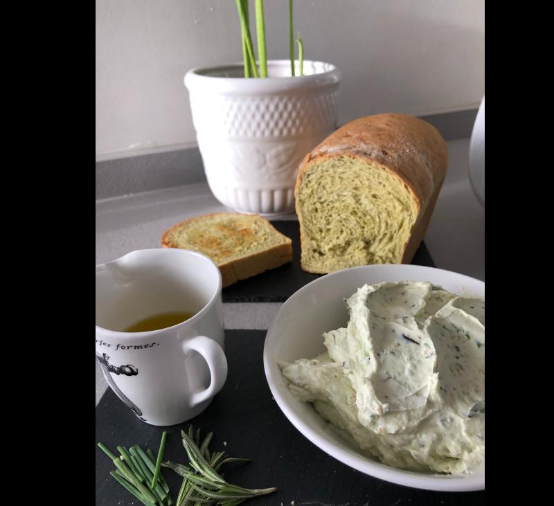 Pan de Albahaca, queso a las hierbas y aceite de limón con Thermomix®