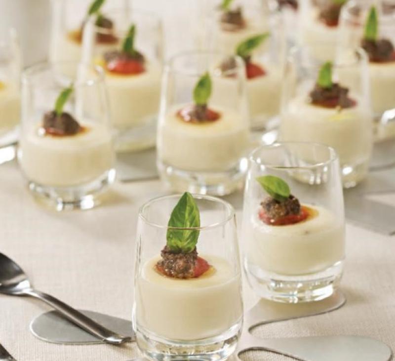 Vasitos de crema de queso manchego con aceituna negra y tomates cherry