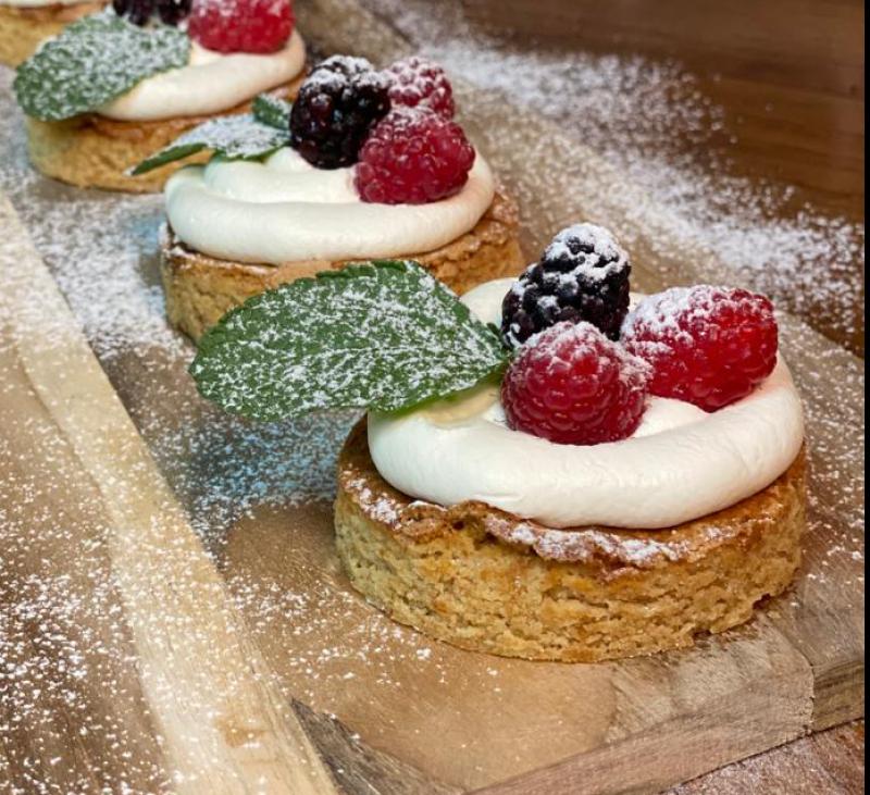 Pastelitos de almendra con nata y frutos rojos (sin gluten)