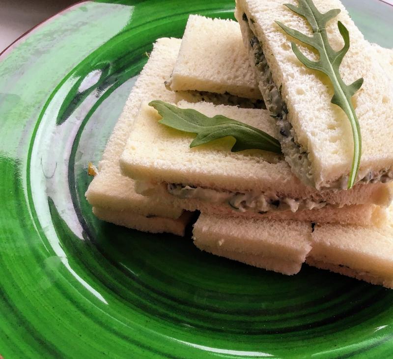 Sándwiches de rúcula, roquefort y nueces