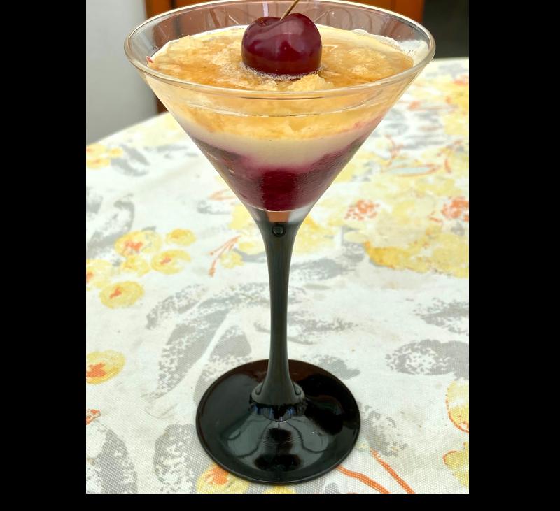 Postre de cerezas, yogur de vainilla y bizcocho