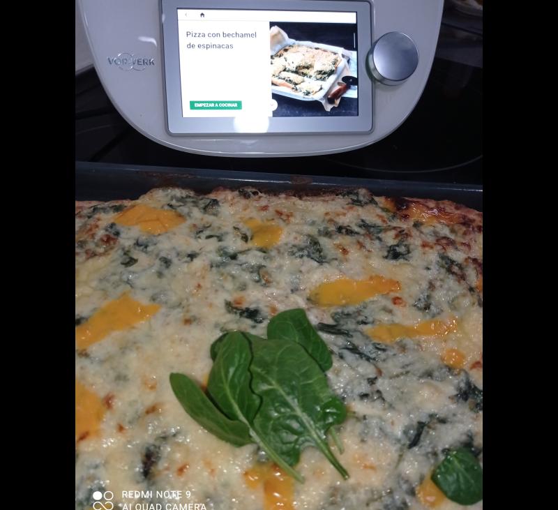 Pizza con bechamel de espinacas