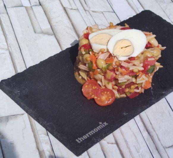 Salpicón de legumbres y palitos de surimi.... sencilla y fresca