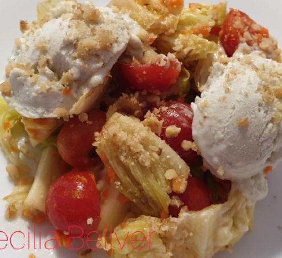 Ensalada con vinagreta de nueces y helado de queso