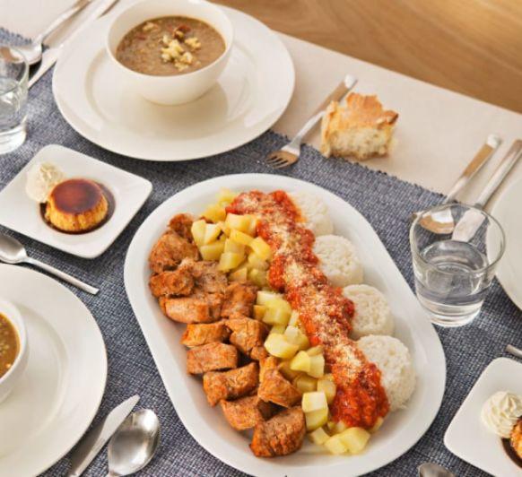 Menú. Lentejas estofadas. Solomillo de cerdo con patatas y salsa de tomate. Quesillo