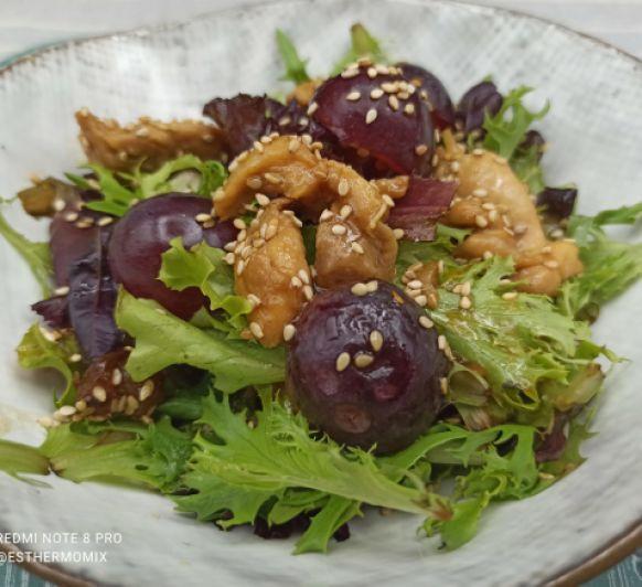 Ensalada con pollo dorado, uvas y pasas en Thermomix®