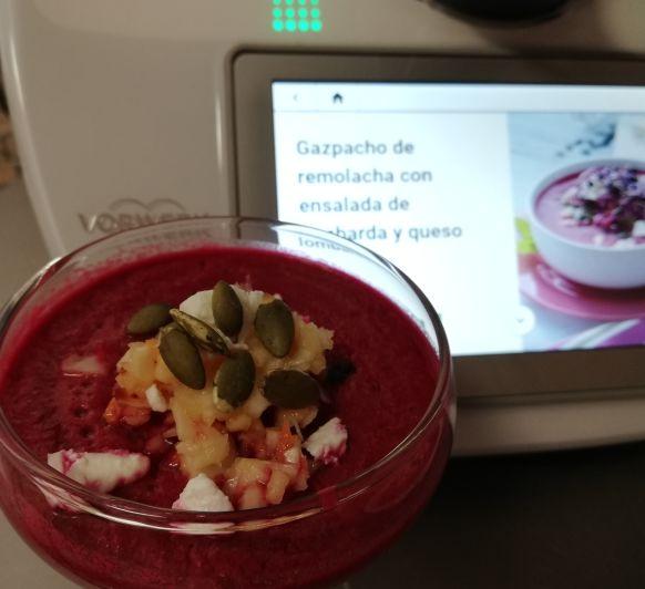 Gazpacho de remolacha con ensalada de lombarda y queso feta