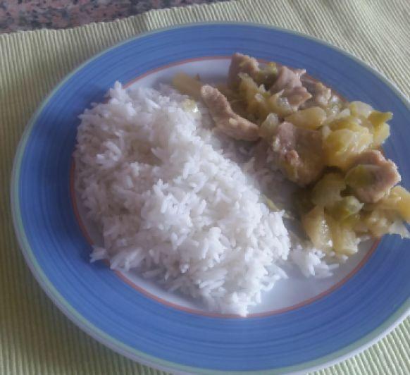 Curry de cerdo y arroz blanco al vapor