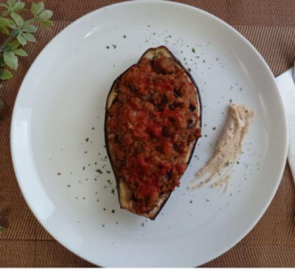 Berenjenas rellenas con alubias y tomate