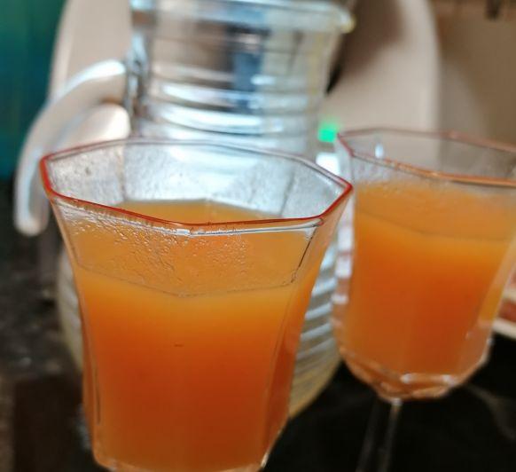 Zumo multiviaminico, naranja, limón, manzana y zanahoria