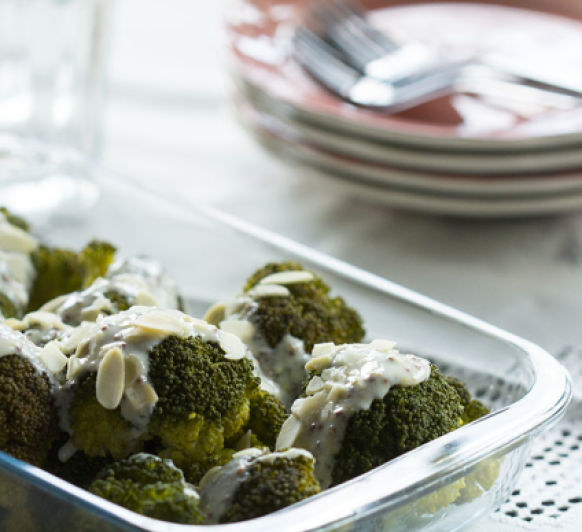 BROCOLI CON SALSA DE YOGURT