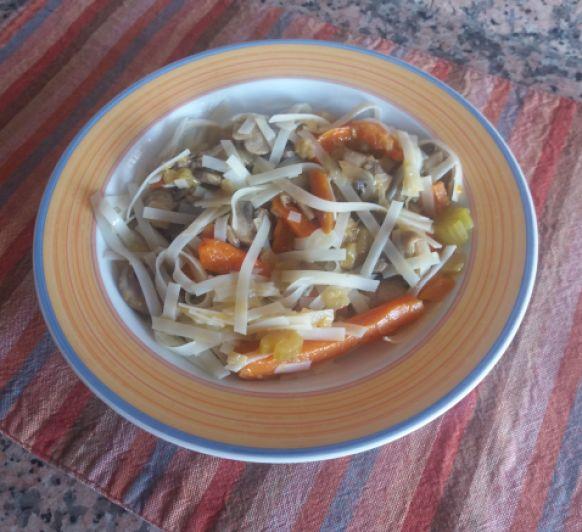 Noodles de arroz con salsa de soja y verduras