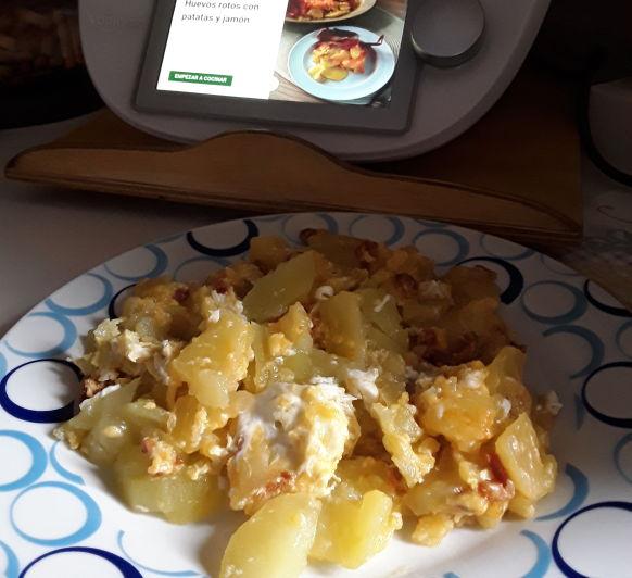 Patatas con huevos y taquitos de chorizo
