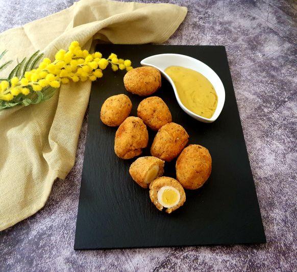 Huevos de codorniz escoceses con salmón