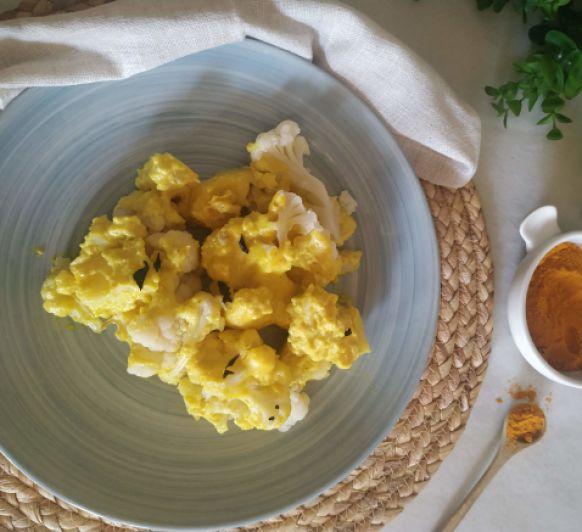 Coliflor y patatas y salsa de bechamel con cúrcuma sin gluten, sin lactosa
