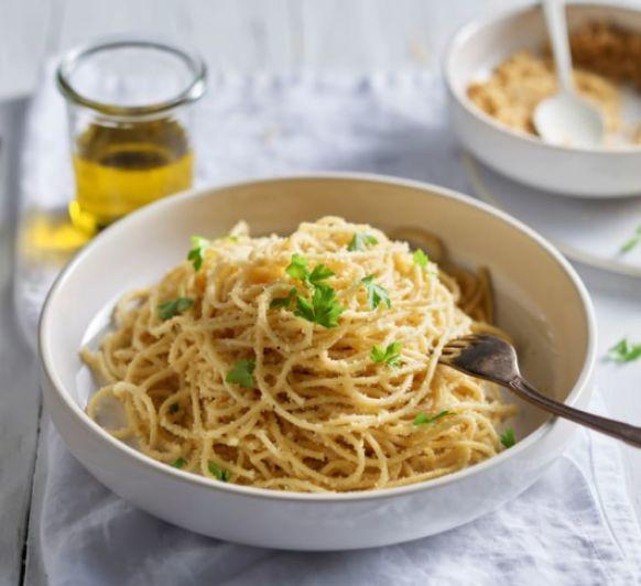 Espaguetis con pan, anchoas y aceite de cayena Desde Thermomix® Majadahonda
