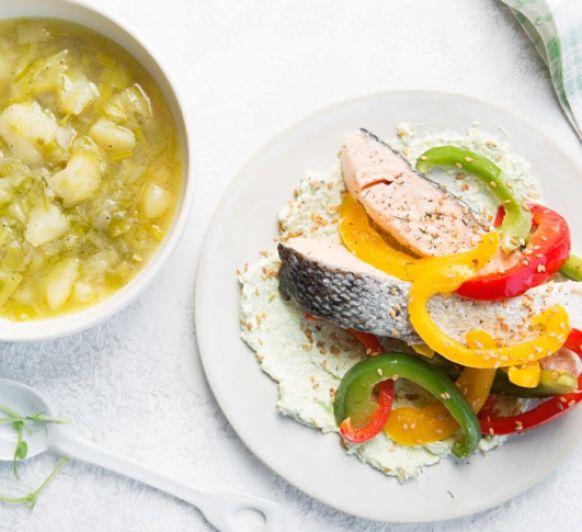 Menú: patatas guisadas con puerros, salmon con tres pimientos y salsa de aguacate