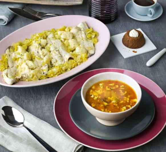 Patatas con almejas y calamares. Lubina con coliflor y salsa de puerros. Flan de cafe