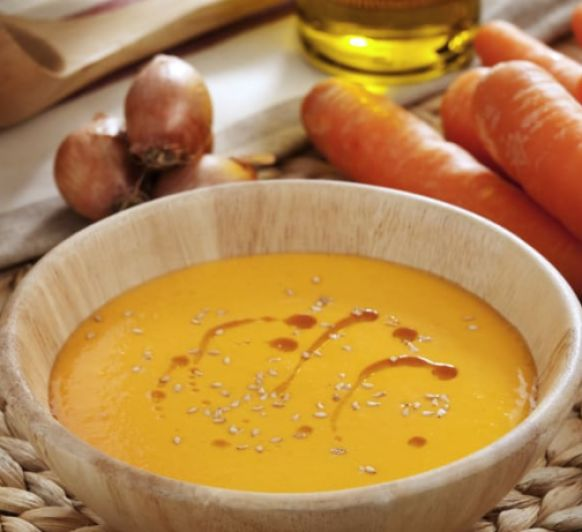 Sopa de tomate y zanahorias muy rica.