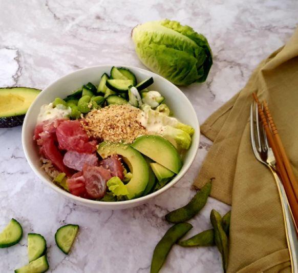 Poke bol de atún, aguacate y salsa wasabi