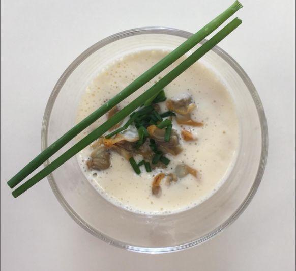 Crema fría de espárragos blancos con berberechos